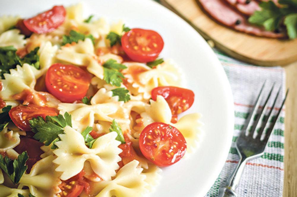 Šarena salata s povrćem i mašnicama