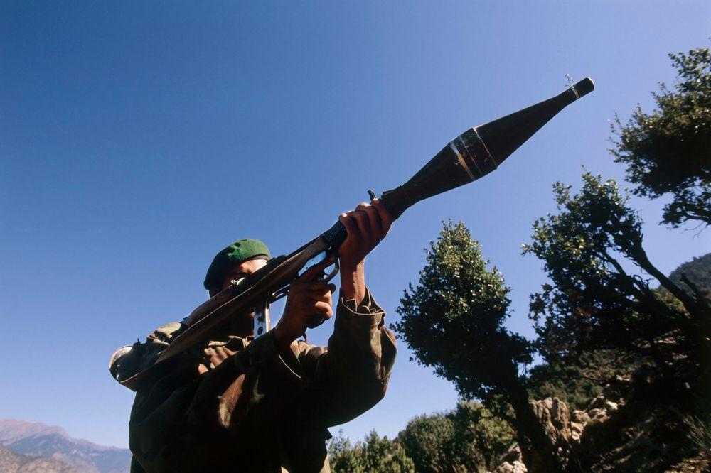 ZAPLENJEN ARSENAL U BAČU: Raketni bacač, puške i bombe držao u kući