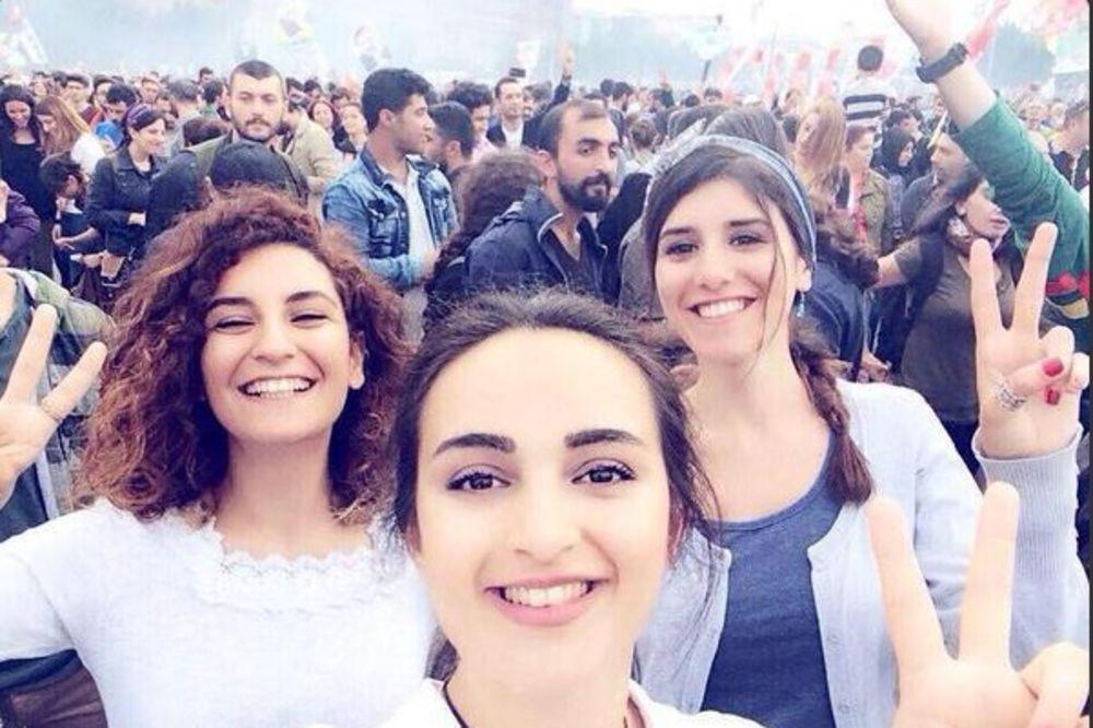 Devojke na ovoj fotografiji deluju srećno, ali istina o njima je zastrašujuća