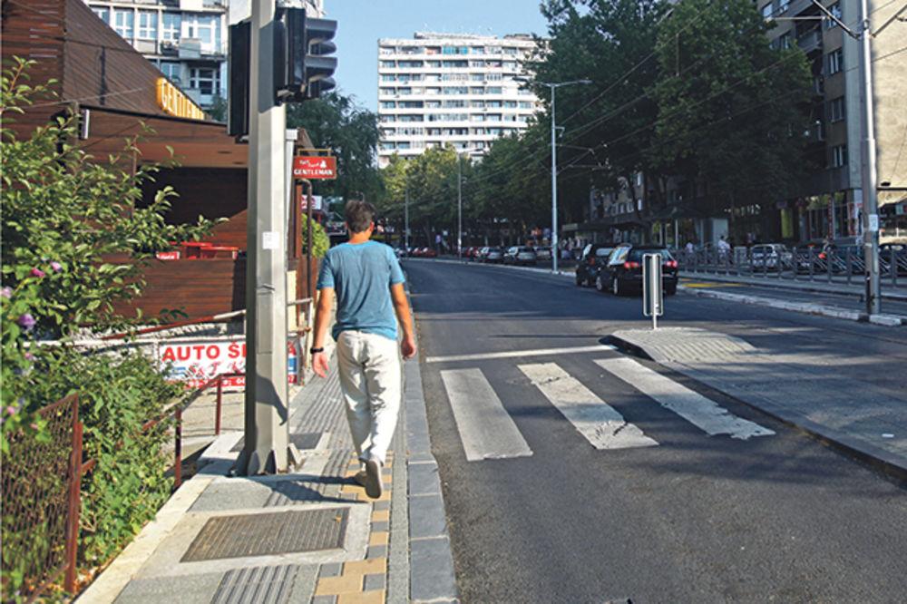 KURIR TV SKANDALOZNO: LOŠI RADOVI U VOJVODE STEPE Šahtovi i stubovi na stazi za slepe, uski trotoari
