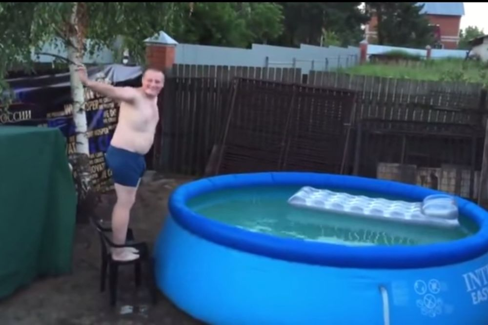 (VIDEO) POBEDNIK U BLAMIRANJU: Ovo je najgluplji ovogodišnji skok u bazen!