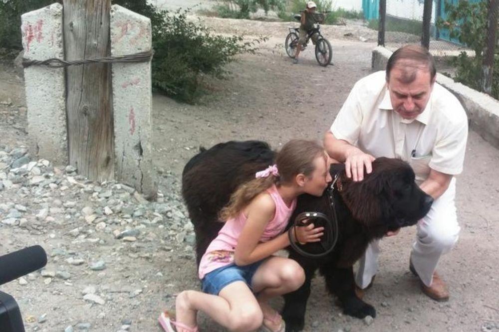 Devojcica dobila psa od Putina foto Twitter