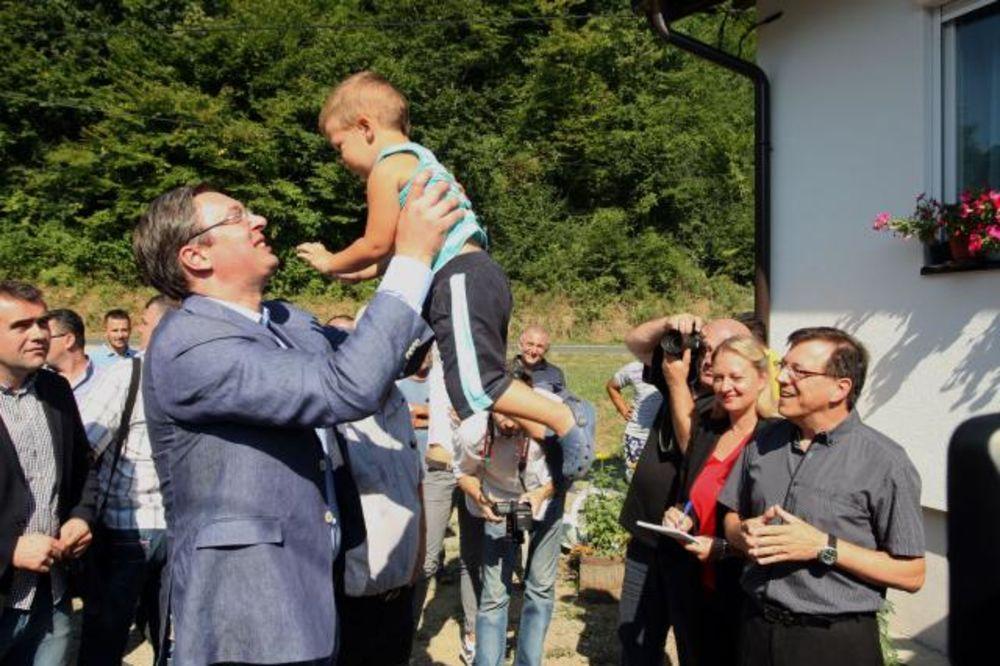 VIDEO VUČIĆ U KRUPNJU: Premijer obišao penzionera Dragoljuba u novoj kući