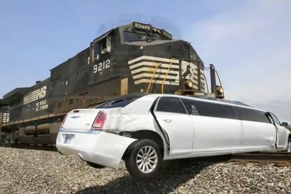 (VIDEO) KAO U FILMOVIMA: Limuzina se zaglavila na šinama, a onda je naišao voz