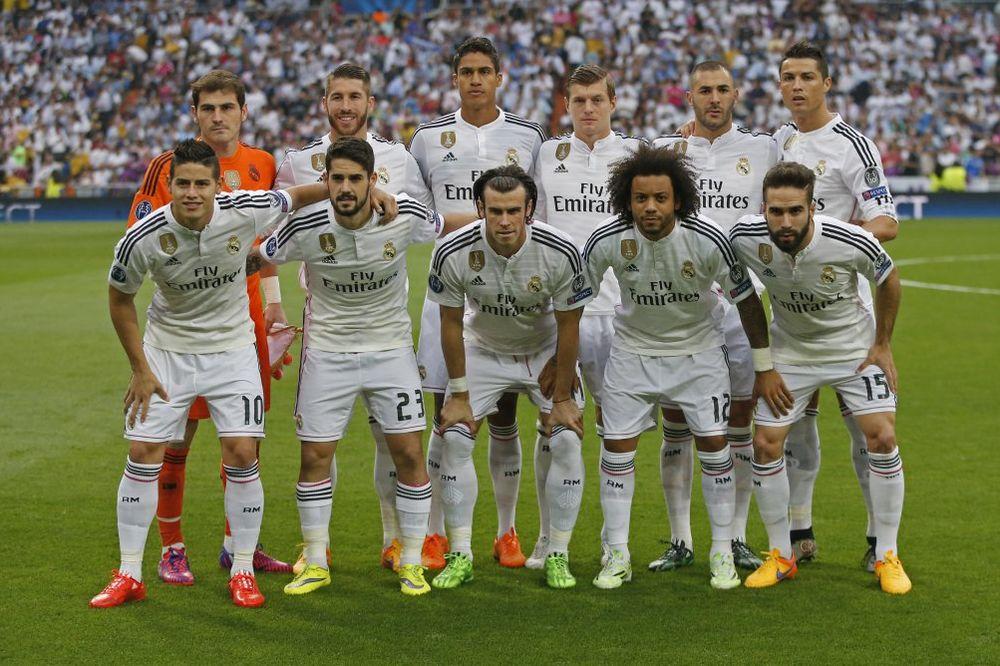 KOMPLEKSAŠ: Pogledajte šta Kristijano Ronaldo radi da bi bio najviši u timu