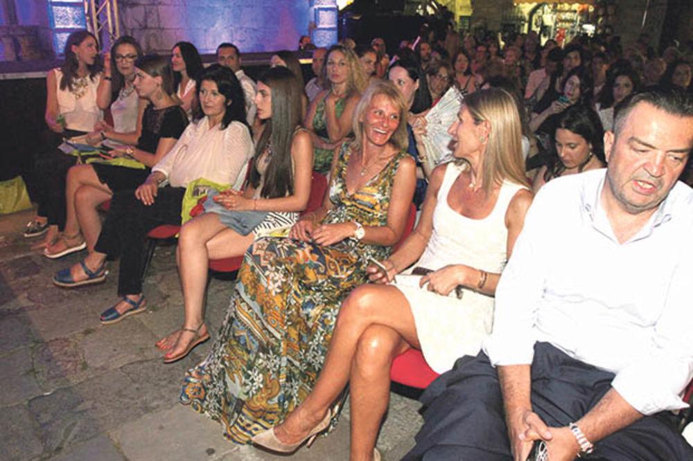 NOVAKOVA PORODICA UŽIVALA: Dijana na modnoj reviji, Srđan i Đorđe ćaskaju