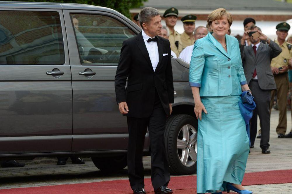 (VIDEO) KAD IZVEDEŠ MUŽA: Angela Merkel pala i završila pod stolom
