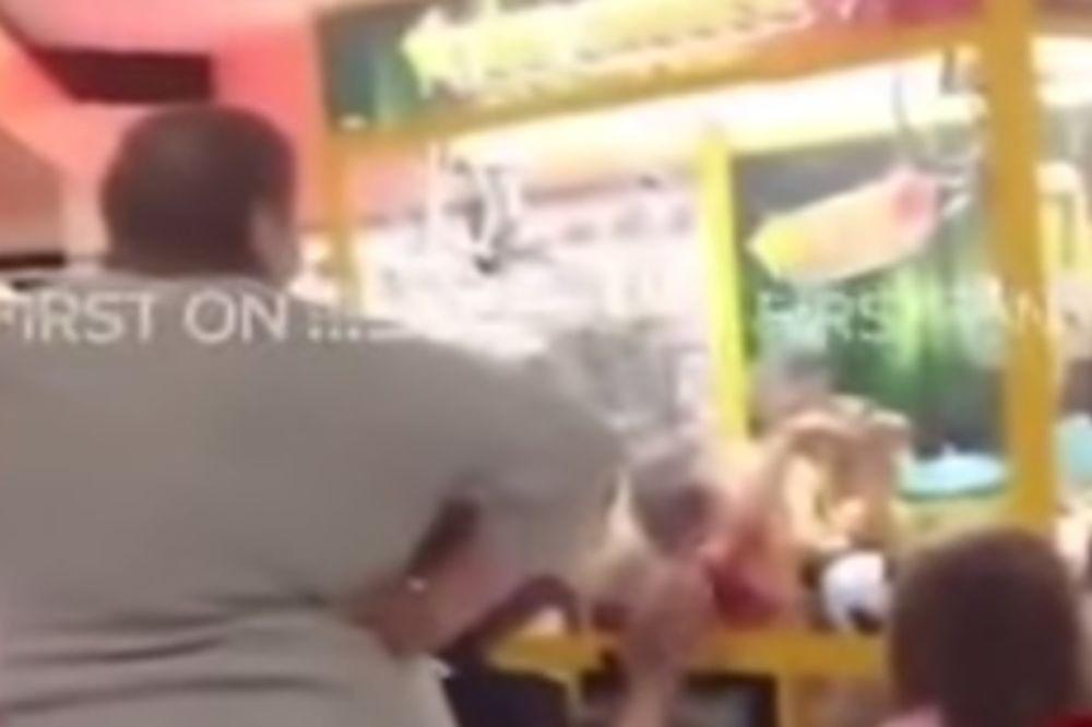 (VIDEO) RODITELJI U ŠOKU: Dečak se zaglavio u aparatu za igračke!