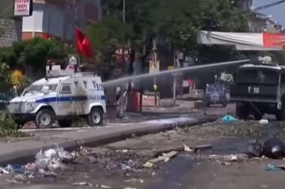 (VIDEO) HAOS U ISTANBULU: Ubijen jedan policajac, uhapšeno 600 demonstranata!