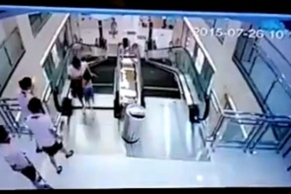 (VIDEO) UŽAS U TRŽNOM CENTRU: Ženu samlele pokretne stepenice, dete spasila u poslednjoj sekundi!