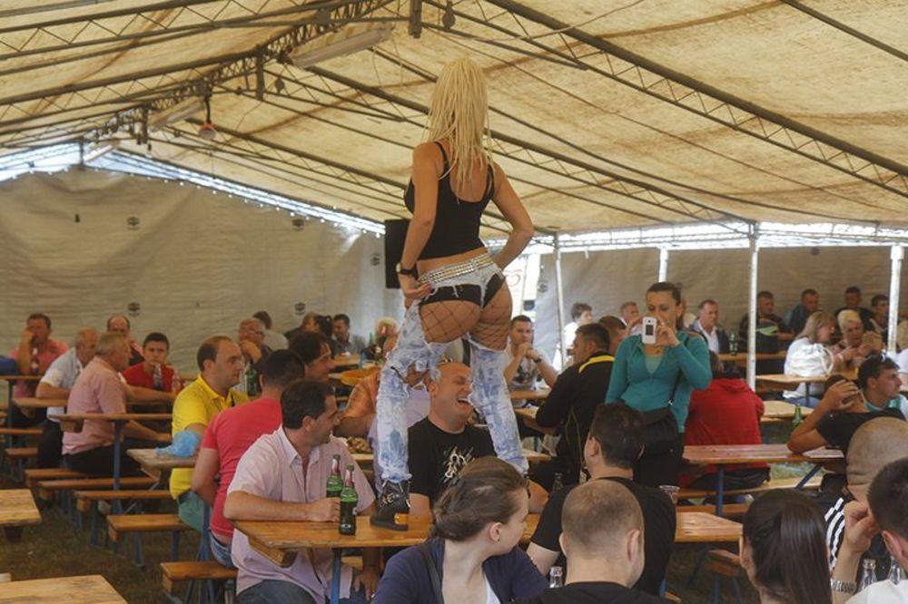 GO-GO HAOS POD ŠATROM U ČEVLJANOVIĆIMA: Važniji selfi sa  plesačicama na stolovima nego korida!