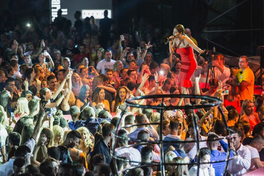(FOTO, VIDEO) CECA ZAPALILA BUDVU: Anastastija i Veljko lumpovali na maminom koncertu!