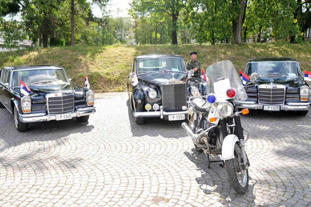 (FOTO) NA ZADNJEM SEDIŠTU TITOVOG AUTA: Pogledajte u kakvom se luksuzu vozio Josip Broz!
