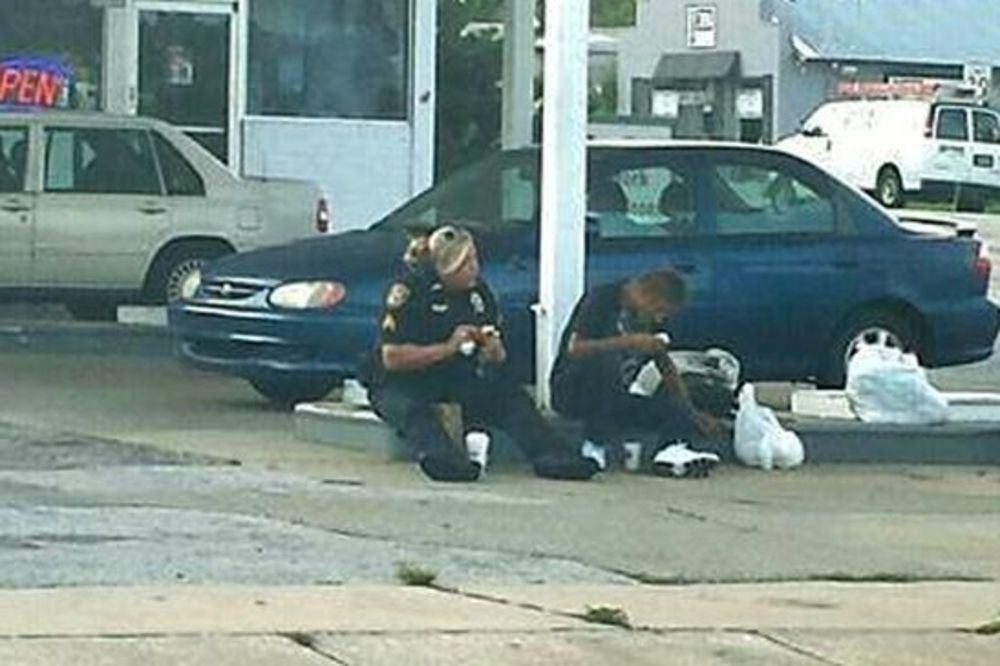 (FOTO) OVO ĆE VAM ULEPŠATI DAN: Policajka sela pored beskućnika i oduševila celi svet!