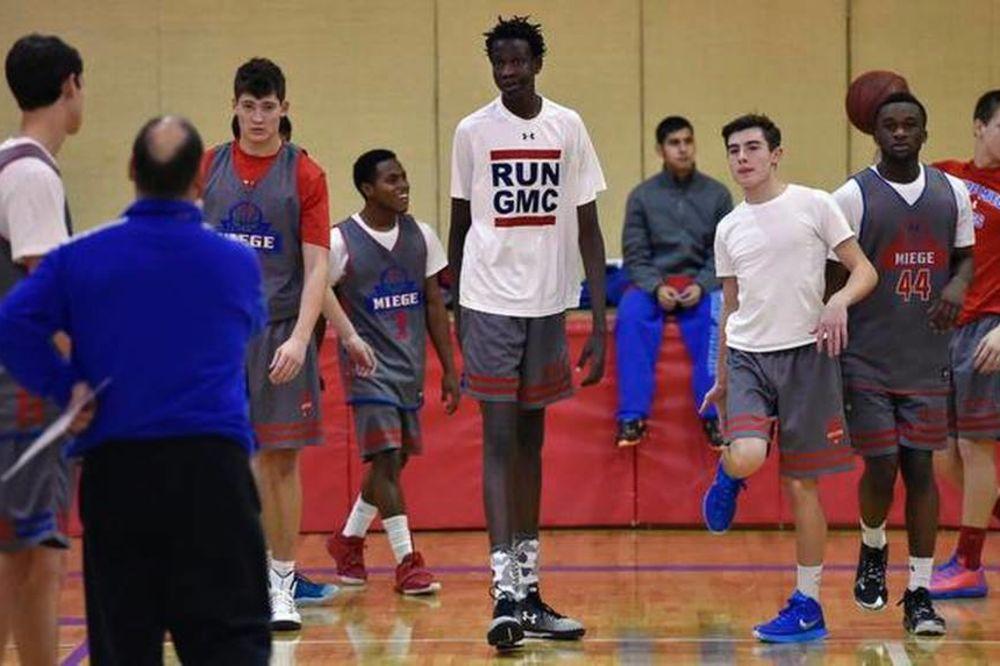 (VIDEO) GENETIKA JE ČUDO: Otac mu je bio NBA zvezda, a on sa 15 godina preti da ga nadmaši
