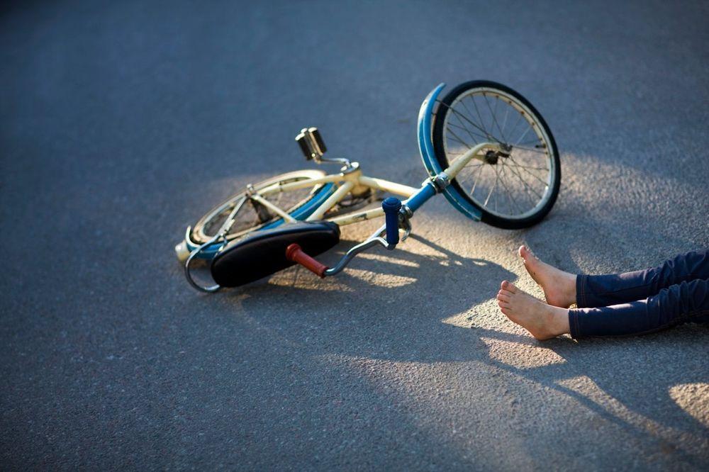 ZADOBIO TEŠKE POVREDE: Dečak pokušao biciklom da se spusti niz stepenice i pao na glavu!