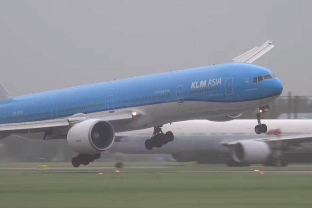 PUTNICI SU MOLILI BOGA: Pilot KLM-a sletao je kroz oluju, krilo boinga 777 je umalo lupilo u zemlju!