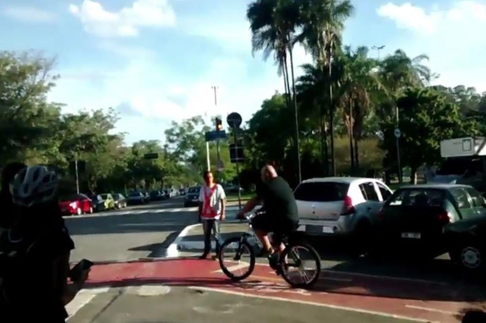 NE MOŽE TO SVAKO: Zasmetala su mu kola nasred biciklističke staze, pa je uzeo stvar u svoje ruke