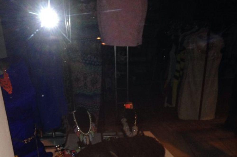 (FOTO) ZAKLJUČAN U ZAJEČARSKOM LOKALU: Pogledajte psa koji radi kao noćni čuvar u butiku!