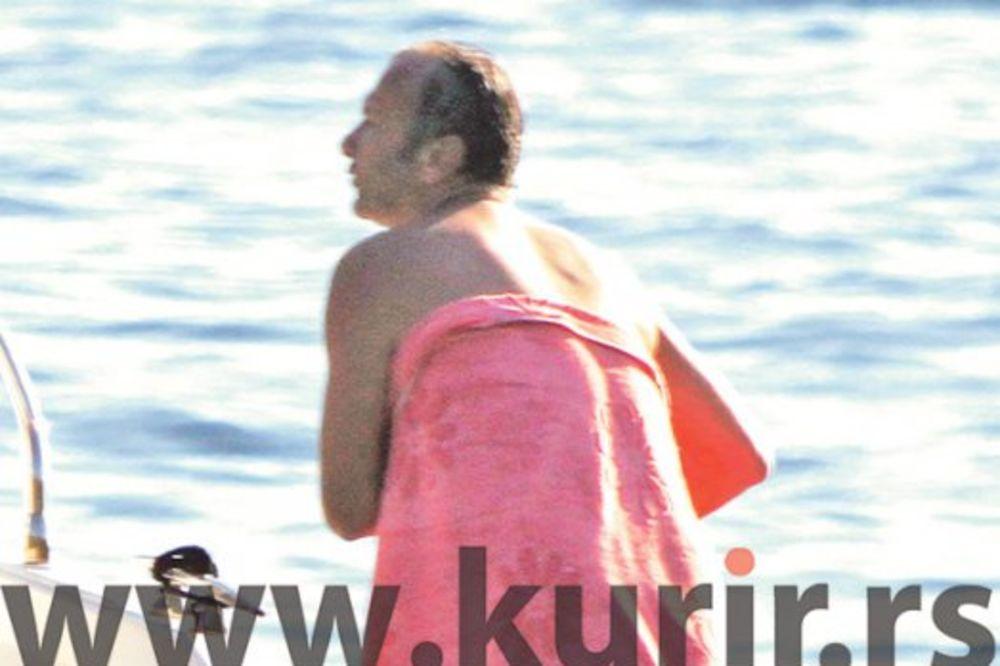 (FOTO) FUDBALSKA LEGENDA IZVODI STRIPTIZ: Dejo, majstore, spale ti gaće!