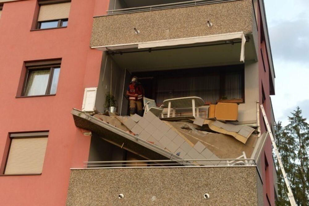 (FOTO) SRUŠIO SE KAO DA JE OD KARATA: Balkon pao na komšijsku terasu!