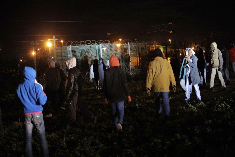 (VIDEO) OPSADA EVROTUNELA: Izbeglice u grupama od 400 uleću kroz rupe u ogradi
