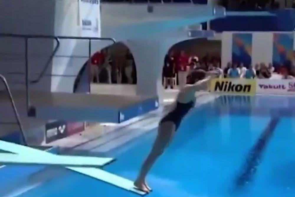 (VIDEO) NASMEJAĆE VAS DO SUZA: Ova Australijanka je izvela najgori skok na svetu