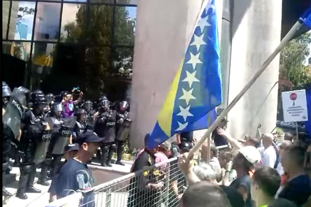 HAOS U SARAJEVU: Premijer i poslanici pobegli od radnika na zadnji izlaz Parlamenta