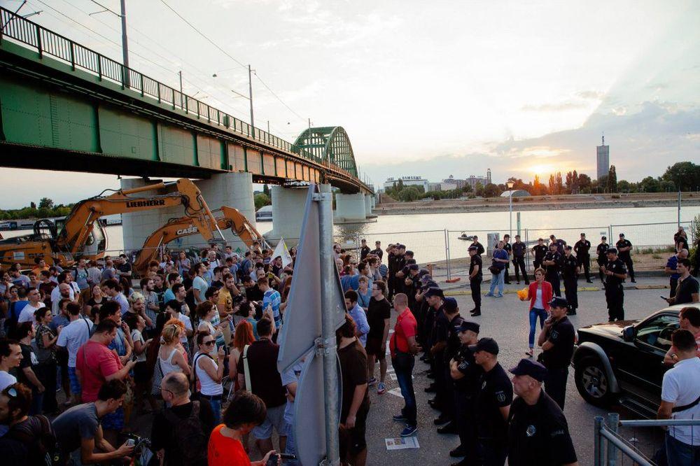 KORDON BRANIO SAVANOVU: Više stotina građana na protestu udruženja Ne da(vi)mo Beograd