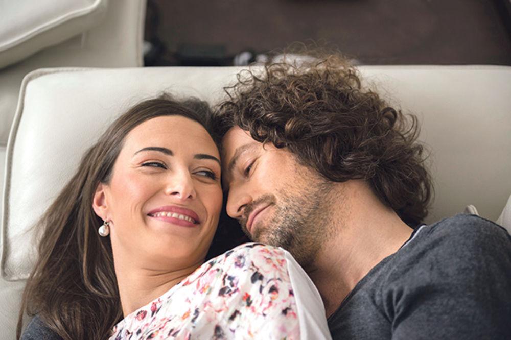 MALI SIGNALI I TELO VAS OTKRIVAJU: Kako da znate da li želi seks s vama!