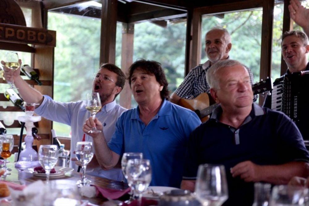 (FOTO) ON ZNA DA UŽIVA: Ovako se Čola sprema za koncert na Ohridu!