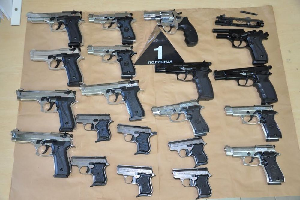 SPAKOVANI U KROVU VAGONA: Niška policija zaplenila arsenal gasnih pištolja