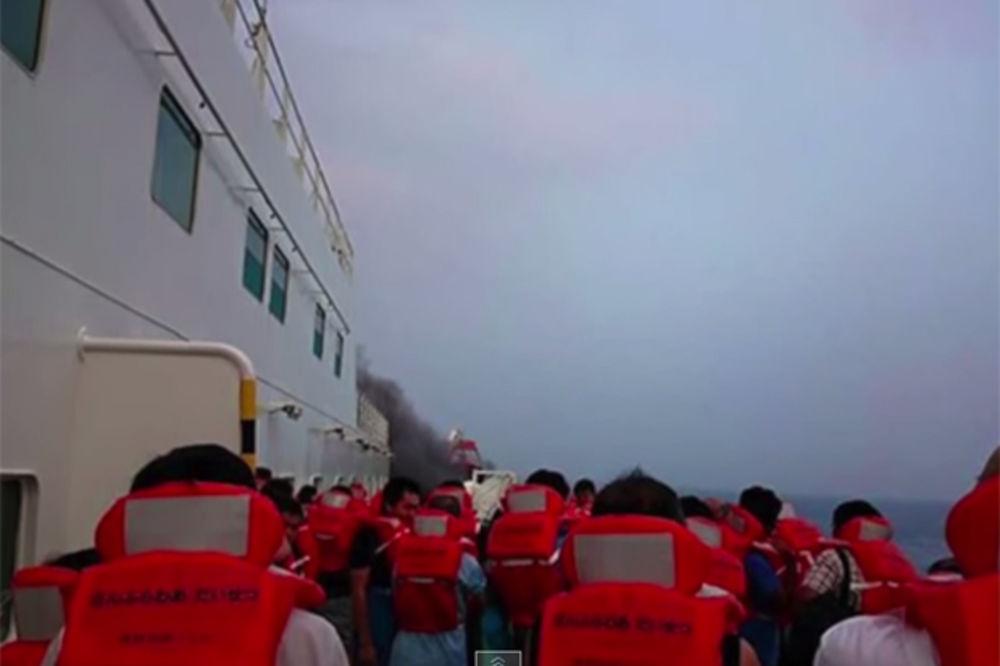 JEDAN VEĆ NESTAO: 100 ljudi čeka evakuaciju sa zapaljenog trajekta