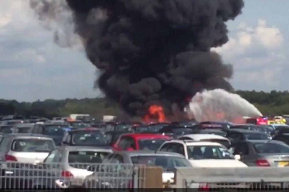 (VIDEO) AVION PAO DOK JE SLETAO NA AERODROM: Srušio se na nekoliko parkiranih automobila!