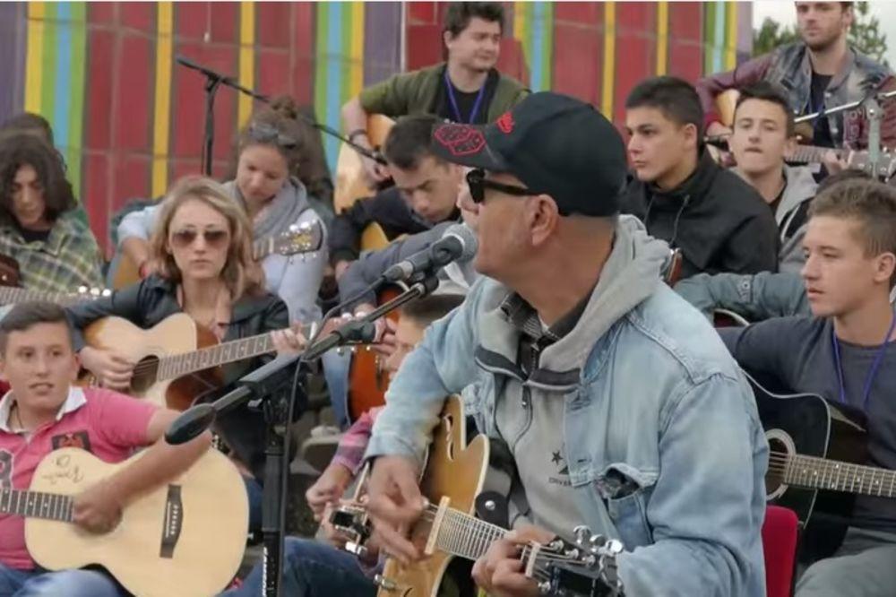 (VIDEO) DA SE NAJEŽITE: 70 gitara sviralo u čast Tošeta Proeskog