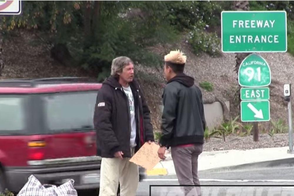 (VIDEO) Beskućniku dao 100 dolara, šokiraćete se kada vidite šta je uradio s njima!