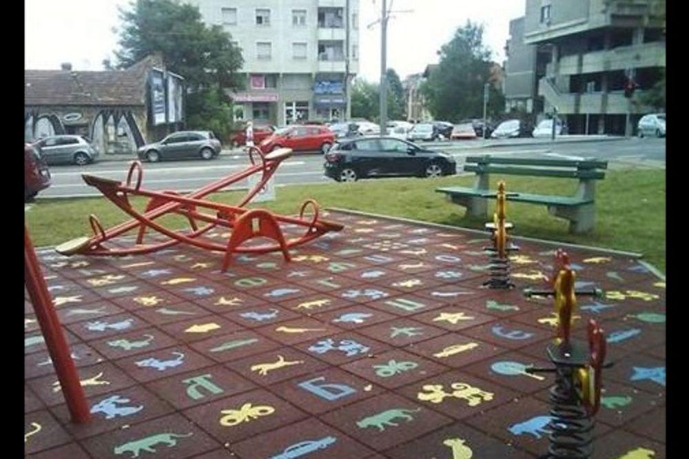 (FOTO) ŠTA DETE ZNA ŠTA SU SLOVA: Ukrasi na igralištu u Vojvode Stepe napisani naopako