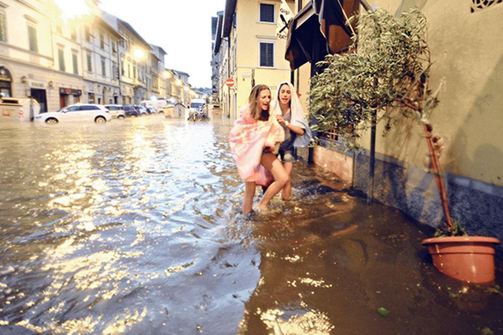 JAKO NEVREME: Tornado razorio Firencu!