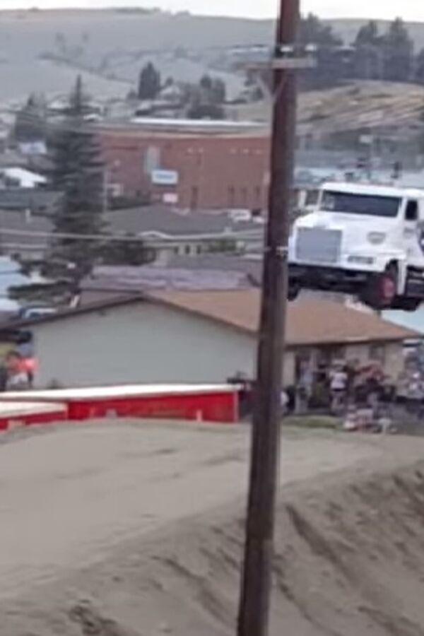 (VIDEO) OVAKO SE ULAZI U ŠOFERSKU ISTORIJU: Ono što je uradio s kamionom nikome ne bi palo na pamet!