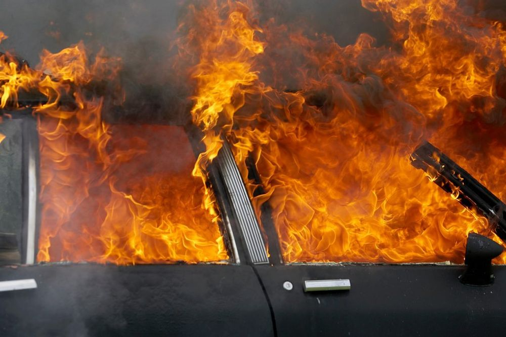 POŽAR NA BUBANJ POTOKU: Auto se zapalio usred vožnje!