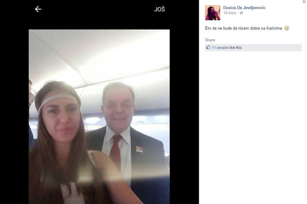 (FOTO) SELFI U AVIONU: Državna starleta leti sa Karićem!