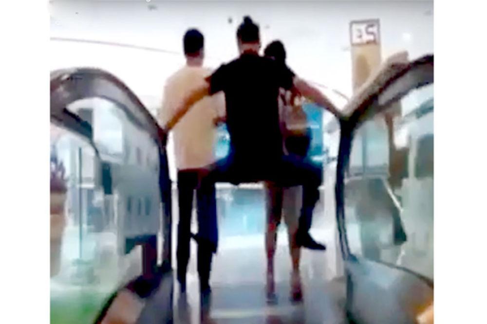 (VIDEO) KOGA ZMIJA UJEDE: Ovako koriste pokretne stepenice otkad su samlele ženu