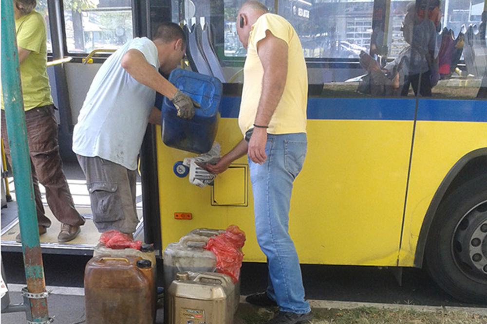 (FOTO) KAD GSP STANE: Putnici, izađite, nestalo nam je goriva, čekamo kanister