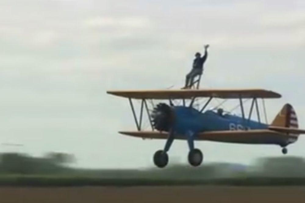 (VIDEO) NEUSTRAŠIV: Proslavio 90. rođendan leteći na avionu