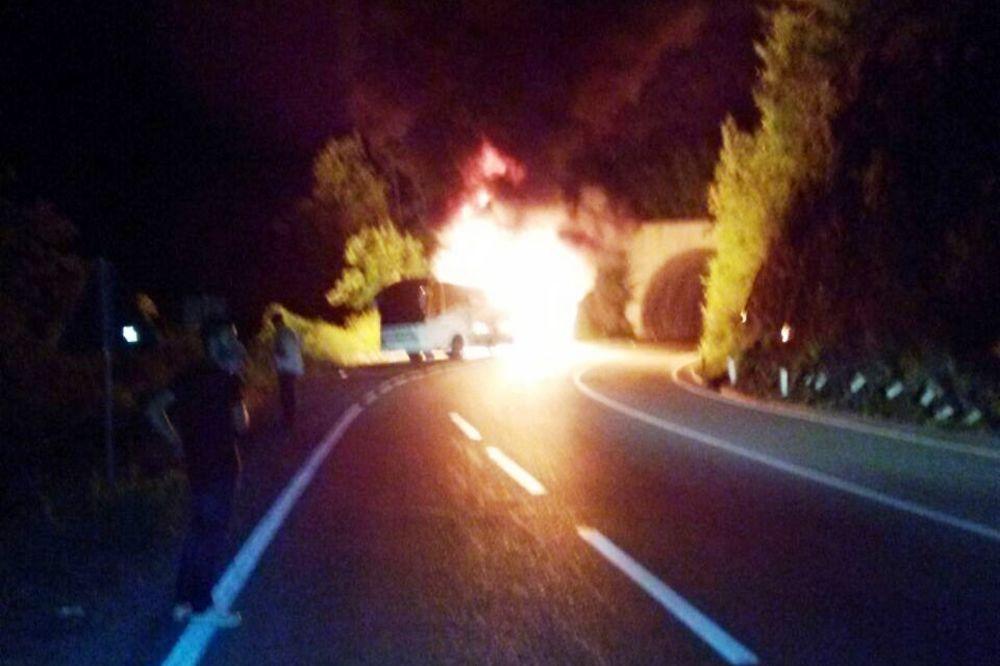 UMALO TRAGEDIJA U KANJONU MORAČE: Autobus izgoreo za pet minuta