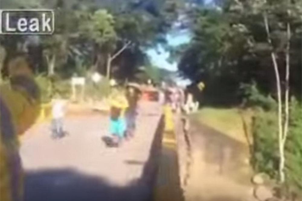 (VIDEO) HIT ZA SMRZAVANJE: Samo što su prešli most kad se ovo desilo
