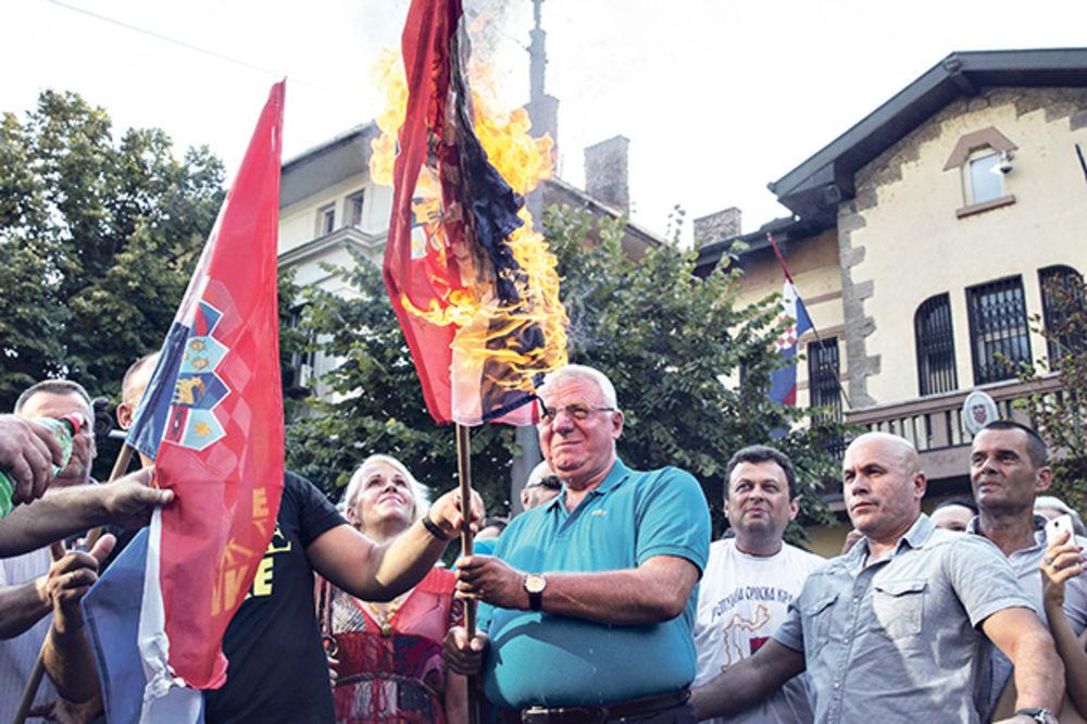 Razljutio komšije... Šešelj pali hrvatsku zastavu