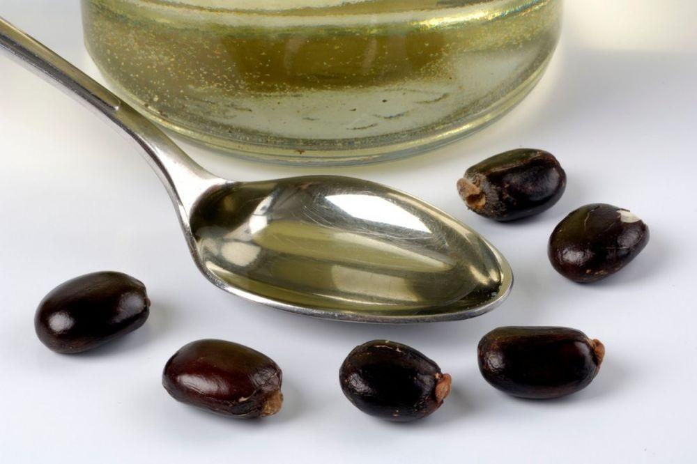LEK O KOM SE MALO ZNA: 24 načina da upotrebite ricinusovo ulje za zdravlje i lepotu