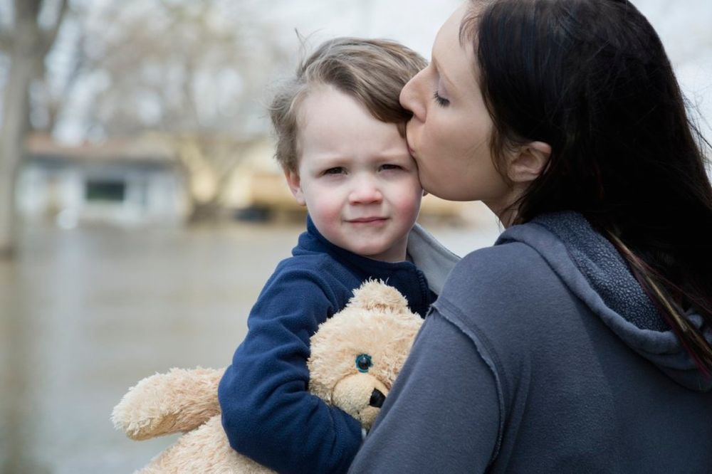 Rezultat slika za tužna mama i dete
