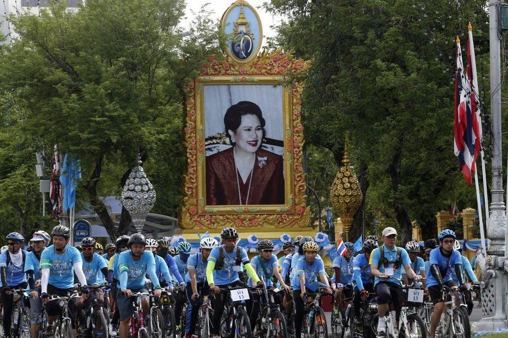 (VIDEO) U NJENO ZDRAVLJE: Tajlanđani proslavili kraljičin rođendan vožnjom bicikla